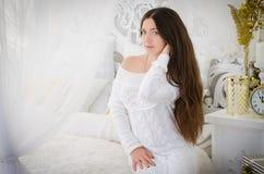 Mädchen in einem weißen Kleid stockfoto
