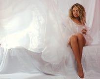 Mädchen in einem weißen transparenten Kleid Stockbilder