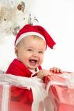 Mädchen in einem Weihnachtsgeschenk Lizenzfreie Stockfotografie