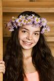 Mädchen in einem Wreath von den camomiles Lizenzfreie Stockbilder