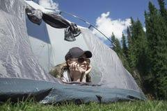 Mädchen in einem Zelt draußen Lizenzfreies Stockfoto