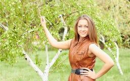 Mädchen in einer braunen Weste Lizenzfreies Stockfoto