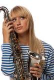 Mädchen in einer entfernten Weste mit einem Saxophon Stockfotografie