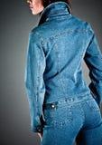 Mädchen in einer Jeansjacke stockfoto