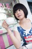 Mädchen in einer Kaffeestube stockfoto