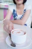 Mädchen in einer Kaffeestube stockfotos