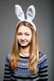 Mädchen in einer Kaninchenschablone Stockfotografie