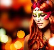 Mädchen in einer Karnevalsschablone Lizenzfreie Stockfotos