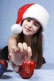 Mädchen in einer Schutzkappe mit dem Weihnachten Lizenzfreie Stockfotos