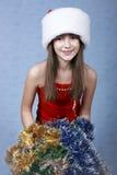 Mädchen in einer Schutzkappe mit dem Weihnachten Stockfotografie