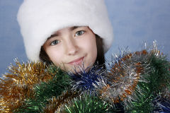 Mädchen in einer Schutzkappe mit dem Weihnachten Lizenzfreies Stockbild