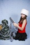 Mädchen in einer Schutzkappe mit dem Weihnachten Lizenzfreies Stockfoto