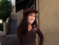 Mädchen in einer Stadt Stockbild
