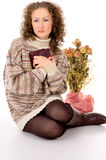 Mädchen in einer Strickjacke mit einem Buch Lizenzfreie Stockfotografie