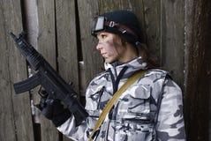 Mädchen in einer Tarnung mit der Gewehr lizenzfreies stockfoto