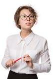 Mädchen in einer weißen Bluse steht auf einem weißen Hintergrund, Gesten, Gefühle auf ihrem Gesicht Stockbilder