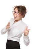 Mädchen in einer weißen Bluse steht auf einem weißen Hintergrund, Gesten, Gefühle auf ihrem Gesicht Stockfotografie