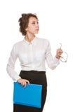 Mädchen in einer weißen Bluse steht auf einem weißen Hintergrund, Gesten, Gefühle auf ihrem Gesicht Lizenzfreie Stockfotografie