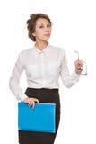 Mädchen in einer weißen Bluse steht auf einem weißen Hintergrund, Gesten, Gefühle auf ihrem Gesicht Lizenzfreie Stockbilder