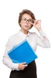 Mädchen in einer weißen Bluse steht auf einem weißen Hintergrund, Gesten, Gefühle auf ihrem Gesicht Lizenzfreies Stockfoto
