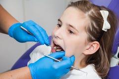 Mädchen an einer Zahnarztprüfung Stockbilder