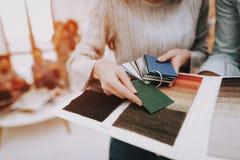 Mädchen einfluß Proben der Farbe projekt fachmann lizenzfreie stockbilder
