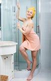 Mädchen eingewickelt im Tuch im Badezimmer Stockfotos
