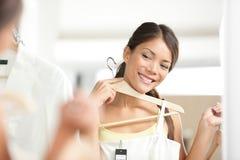 Mädchen-Einkaufs-Kleidung Lizenzfreies Stockfoto