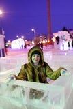 Mädchen am Eislabyrinth Lizenzfreie Stockfotos