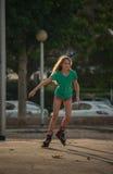 Mädchen-Eislauf stockfotografie