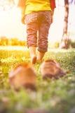 Mädchen entfernen ihre Schuhe Kind-` s Fuß lernt, auf Gras wi zu gehen Lizenzfreie Stockfotos