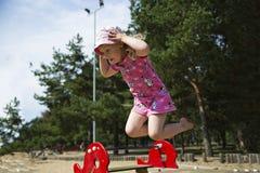 Mädchen erfasst auf Kamera beim Springen lizenzfreie stockfotografie
