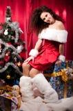 Mädchen erhält ein Weihnachtsgeschenk Stockfotos