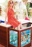 Mädchen erhält Fischbadekurort lizenzfreie stockbilder