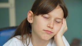 Mädchen ermüdet vom Handeln von Lektionen stock video
