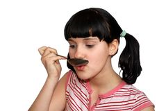 Mädchen essen mit Löffel stockbild