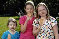 Mädchen essen Popsicle Lizenzfreie Stockbilder
