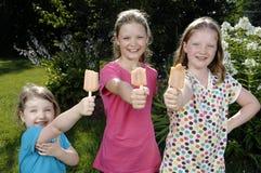 Mädchen essen Popsicle Stockfotografie