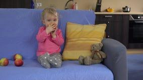 Mädchen essen roten frischen Apfel sitzen Sofa Gesunder Lebensstil, Lebensmittel 4K stock footage