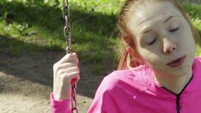Mädchen fährt auf ein Schwingen stock footage