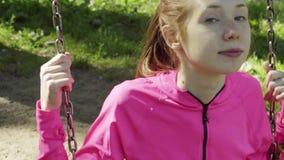 Mädchen fährt auf ein Schwingen stock video