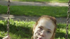 Mädchen fährt auf ein Schwingen stock video footage