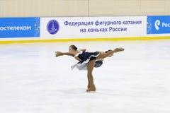 Mädchen führen an Open Schale der Dauerwelle im synchronisierten Eislauf durch Lizenzfreies Stockbild