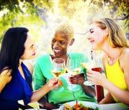 Mädchen-Feier, die heraus Unterhaltungskühlendes Konzept hängt Stockbilder