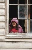 Mädchen am Fenster lizenzfreies stockbild