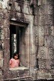 Mädchen am Fenster, Angkor Wat, Kambodscha Lizenzfreie Stockfotos