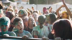 Mädchen am Festival von Farbe-Holi-Tanz vor dem Stadium Fahren des Ereignisses stock footage