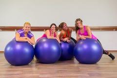 Mädchen am Fitnessstudio Stockbilder