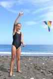 Mädchen fliegt Drachen Lizenzfreie Stockfotografie