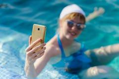 Mädchen fotografierte sich am Telefon Lizenzfreies Stockbild